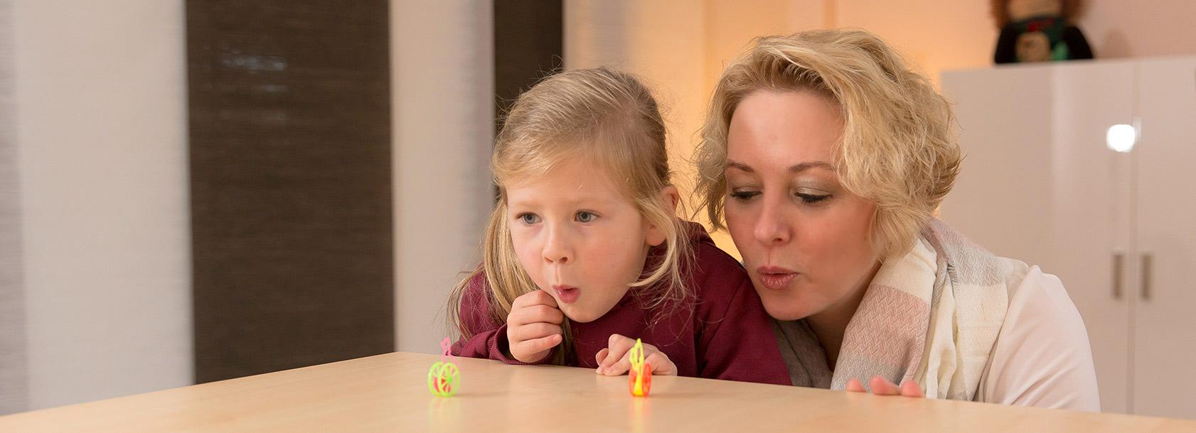 Therapeutin Frauke Jopp bei einer Übung mit einem Kind in der Praxis für Logopädie in Greven und Münster